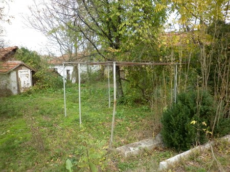 Partially renovated country house with barn and plot of land near the center of  Galatin, Bulgaria